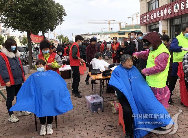 葭沚街道:开展学雷锋便民服务活动