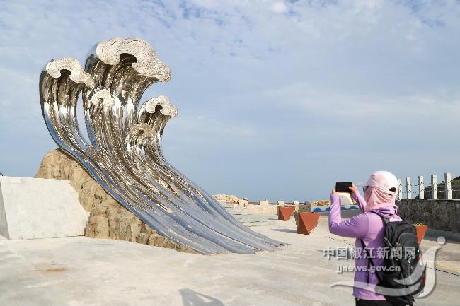 大陈岛浪通门景区内的雕塑焕然一新